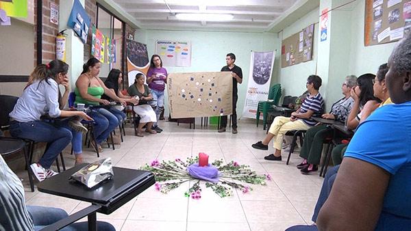 Interacción comunitaria con mujeres